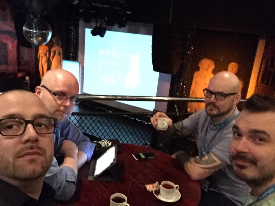 Kuvassa vasemmalta: luova johtaja Aki, AD/projektipäällikkö Markku, teknologiavastaava Toni ja ohjelmistokehittäjä Ville.